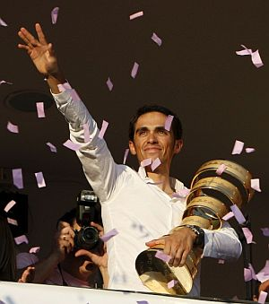 Contador, recibido como héroe en su ciudad natal. (Foto: EFE)