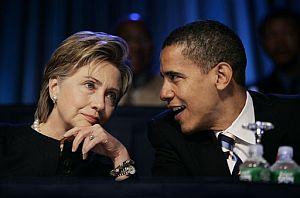 Hillary Clinton escucha a Obama. (Foto: AP)