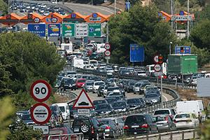 Atascos registrados en la autopista AP-7 que une Barcelona con Tarragona. (Foto: EFE)