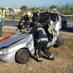 Imagen del coche en el que ha quedado atrapada la mujer herida grave (Foto: Bombers de Palma)