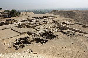 Imagen del hueco excavado en el suelo con los restos de la cámara funeraria encontrada en Saqara, al sur de El Cairo. (Foto: AFP)