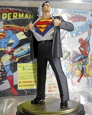 Una de las figuras de Superman que forman parte de la colección de Imágenes Comics, en Valencia. (Foto: José Cuéllar) [Ver más fotos]