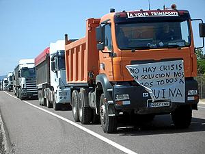 Unos 25 camiones cortaron el tráfico en la N-340, a su paso por Vinaròs este sábado. (Foto: Raúl Piñana)