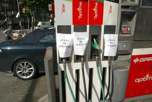 Una gasolinera barcelonsa alerta de que ya no le queda combustible. (Foto. Antonio Moreno)