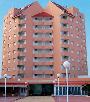 Hotel convertido en pisos desde 49.000 euros a 150 metros de la playa. (Foto: atisreal.es)