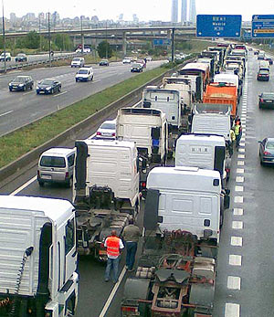 Los camiones han vuelto a colapsar la A-1. (Foto: elmundo.es)