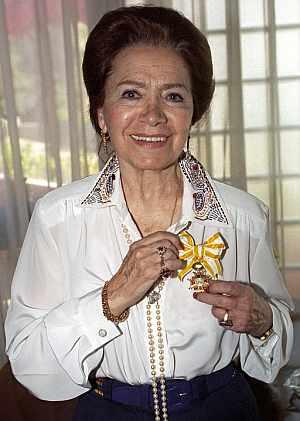 Mariemma muestra la medalla de Isabel la Católica. (Foto: EFE)