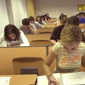 Unos jóvenes estudian en un aula (Foto: Cati Cladera)