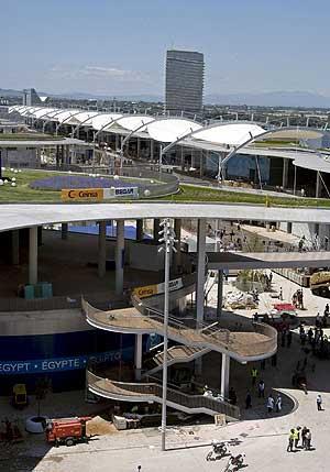 Vista del estado que presenta el recinto de la Expo de Zaragoza, donde varios operarios ultiman los detalles para su inauguración al público el día 14 de Junio. (Foto: EFE)