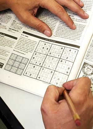 Una persona hace un sudoku. (Foto: Jaime Villanueva)