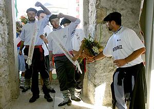 Siluetas que representaban a los dos etarras 'reina' y 'dama honor' de las fiestas de Amurrio. (Foto: David de Haro)