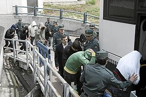 Los once policías y Ginés Jiménez tras prestar declaración en los Juzgados. (Foto: El Mundo)