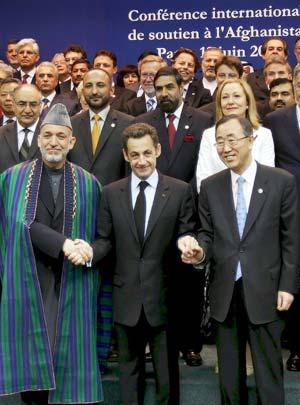 El presidente afgano, Hamid Karzai; el presidente francés, Nicolas Sarkozy; y el secretario general de la ONU, Ban Ki-moon, el jueves, en París. (Foto: EFE)