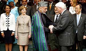 El presidente afgano, Hamid Karzai (centro-izq.), saluda al canciller alemán, Frank-Walter Steinmeier, ante Condoleeza Rice (izq.), Laura Bush, Nicolas Sarkozy y Ban Ki-moon, en París. (Foto: EFE)