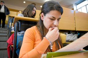 Una estudiante en las pruebas de selectividad. (Foto: G. Arroyo)