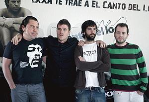 Fotografía de archivo del grupo, cuyo batería, Jandro Velázquez (i), ha anunciado hoy que abandona la banda. (Foto: EFE)
