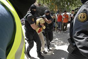 Imagen de uno de los detenidos durante la operación. (Foto: C. CLADERA)