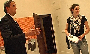 El director de Renta Actual, Iván García, enseña la vivienda a Sara.