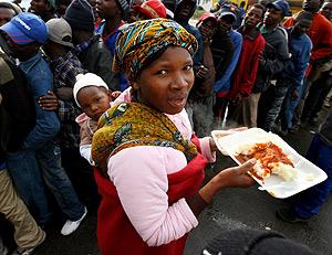 Reparto de comida a refugiados zimbabuenses. (Foto: EFE)