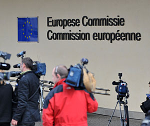 La prensa espera la rueda de prensa oficial tras al 'no' de Irlanda. (Foto: AFP)