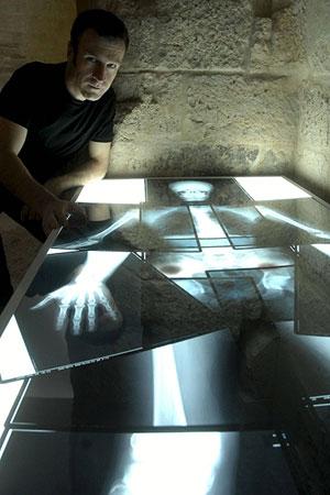 Mateo Maté en la exposición 'Reliquias de artistas', hasta el 21 de septiembre. (Foto: EFE)
