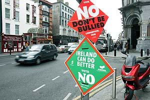 Carteles a favor del 'no' al Tratado de Lisboa, hace días, en Dublín. (Foto: EFE)