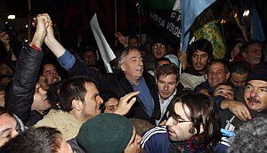 Nestro Kirchner se ha manifestado en la Plaza de Mayo para apoyar a su mujer. (Foto: AFP)