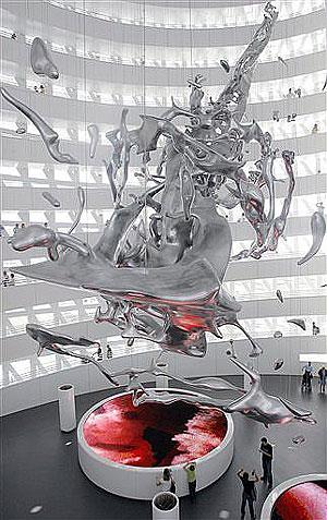 Visitantes observan una escultura gigante de la Expo Zaragoza, que tiene como tema central el agua. (Foto: AP)