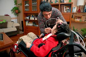 Atención a una niña dependiente. (Foto: S. González)