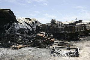 Alguno de los vehículos quemados. (Foto: EFE)