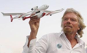 Richard Branson, presidente de la compañía Virgin Galactic, con una maqueta del modelo del 'SpaceShipOne'. (Foto: AFP)