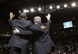 Abrazo entre ambos, mientras saludan al público. (Foto: AP)
