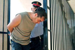 Los Mossos d'Esquadra acompañan al detenido al lugar de los hechos. (Foto: Efe)