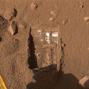 El brazo robótico de la nave destapó la sustancia blanca después de excavar en los sitios llamados 'Dodo' y 'Baby Bear'. (Foto: NASA | AP)