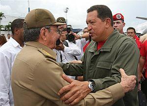Raúl Castro despide a Chávez en el aeropuerto José Martí. (Foto: AFP)