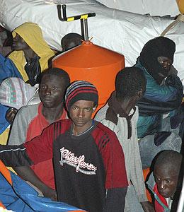 Inmigrantes irregulares que arribaron esta madrugada a Canarias. (Foto: EFE)