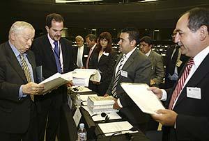 Los alcaldes, durante la entrega de los documentos en Estrasburgo. (elmundo.es)