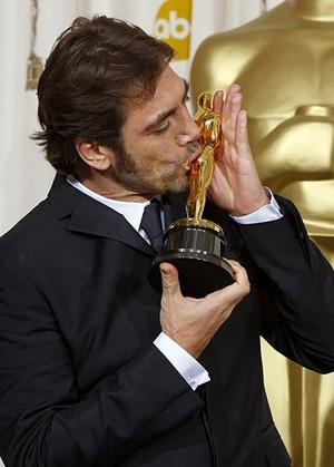 Bardem besa su Oscar al mejor actor de reparto por 'No es país para viejos'. (Foto: REUTERS)