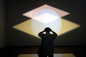 Un visitante observa una de las instalaciones lumínicas. (Foto: Antonio Moreno)