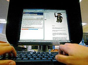 Un internauta actualiza su blog. (Foto: Joan Manuel Baliellas)