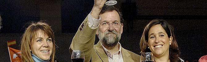 De Cospedal, Rajoy y la aspirante a alcaldesa del PP por Ciudad Real, en un acto en La Rioja. (Foto: EFE)