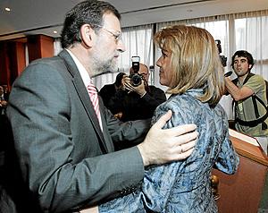 Rajoy saluda a De Cospedal en un acto en el Club del Siglo XXI. (Foto: Diego Sinova)