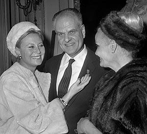 Jean Delannoy con las actrices Michel Morgan (i) y Madeleine Sologne (d), después de recibir un reconocimiento de la Legión de Honor, en 1996. (Foto: AFP)