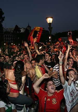 Aficionados durante el encuentro entre Grecia y España de la Eurocopa en la plaza de Colón. (Foto: Jaime Villanueva)