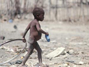 Un niño haitiano busca comida en un suburbio de Haiti. (Foto: AP).