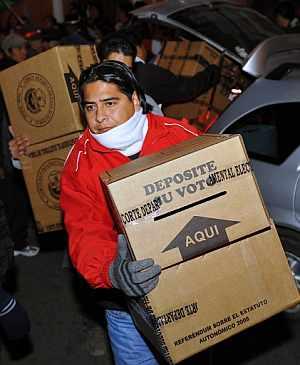 Uno de los miembros del consejo electoral, con las papeletas. (Foto: AFP)
