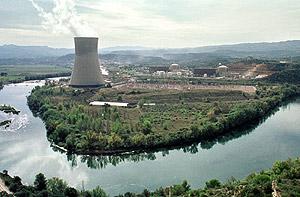 El río Ebro a su paso por la central de Ascó. (Foto: EFE)