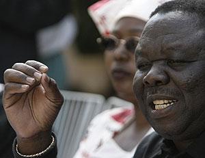 Tsvangirai se dirige a la prensa el domingo en la capital zimbabuense. (Foto: AFP)