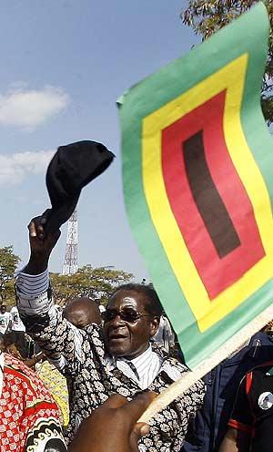 Robert Mugabe, en un mitin en Banket (Zimbabue), el martes. (Foto: AFP)