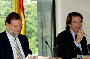 Rajoy y Aznar, durante una reunión, ayer, en la Fundación FAES. (Foto: EFE)